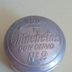 Cajas y cajitas metálicas: CAJA DE ALUMINIO CON PUBLICIDAD CHINCHETAS CON CLAVO. Lote 130436623