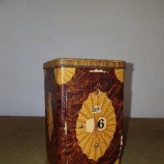 Cajas y cajitas metálicas: ANTIGUA Y RARA CAJA DE ¨LYONS´TEA´, CON CALENDARIO, HOJA LATA, AÑOS 20, 13 X 8 X 7 CM.. Lote 132554106