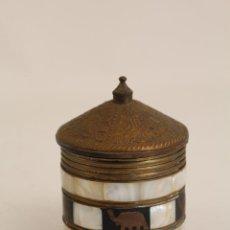 Cajas y cajitas metálicas: CAJA JOYERO REDONDO DE LATON CON INCRUSTACIONES DE NACAR . Lote 133076234