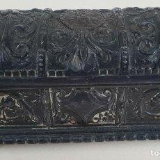 Cajas y cajitas metálicas: CAJA JOYERO. FORMA DE BAUL. PELTRE CINCELADO. VIRGEN DE MONTSERRAT. SIGLO XX.. Lote 133532050