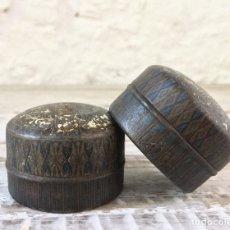 Cajas y cajitas metálicas: LOTE DE 2 CAJAS REDONDAS PARA PASTILLAS - LATA ANTIGUA DE CHAPA PASTILLERO MEDICINA MEDICAMENTO. Lote 133987886