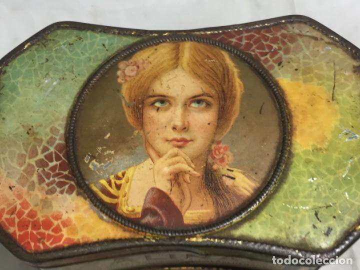 Cajas y cajitas metálicas: Caja hojalata litografiada Salinas Alcalá de Henares Imagen mujer joven rubia almendras - Foto 2 - 134317198