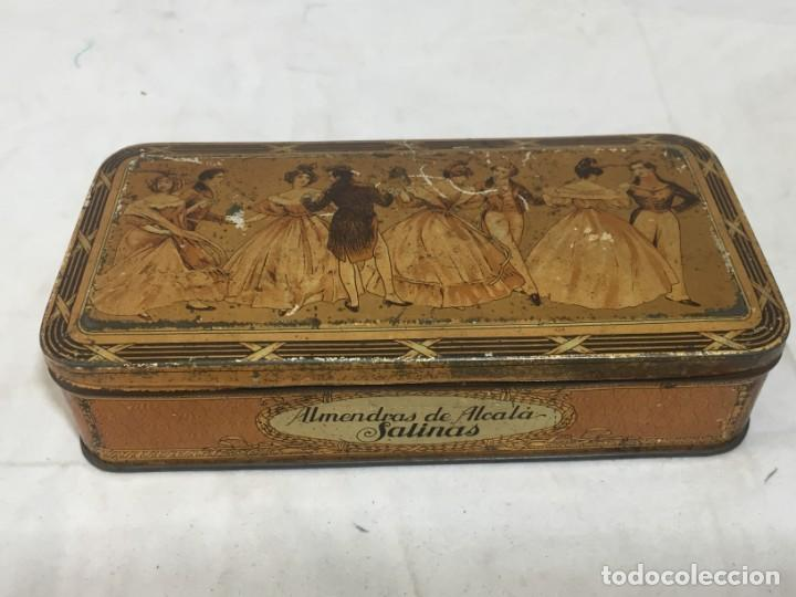 CAJA HOJALATA LITOGRAFIADA CONFITERÍA SALINAS ALMENDRAS ALCALÁ DE HENARES (Coleccionismo - Cajas y Cajitas Metálicas)