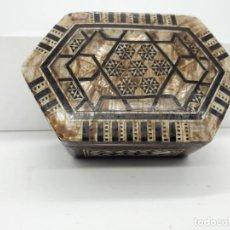 Cajas y cajitas metálicas: CAJA DE MADERA CON MARQUETERÍA DE MADERA Y MADREPERLA. Lote 136207770