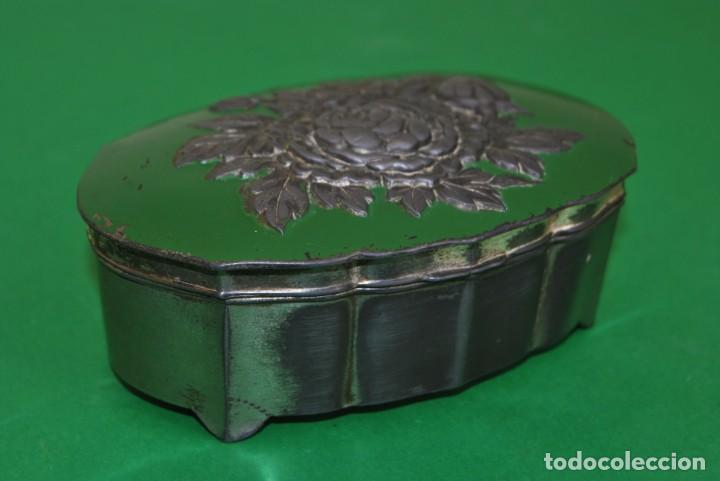 Cajas y cajitas metálicas: CAJA DE ESTAÑO - DECORACIÓN FLORAL - INTERIOR EN TELA - JOYERO - ALHAJERO - CAJITA - Foto 3 - 139078266