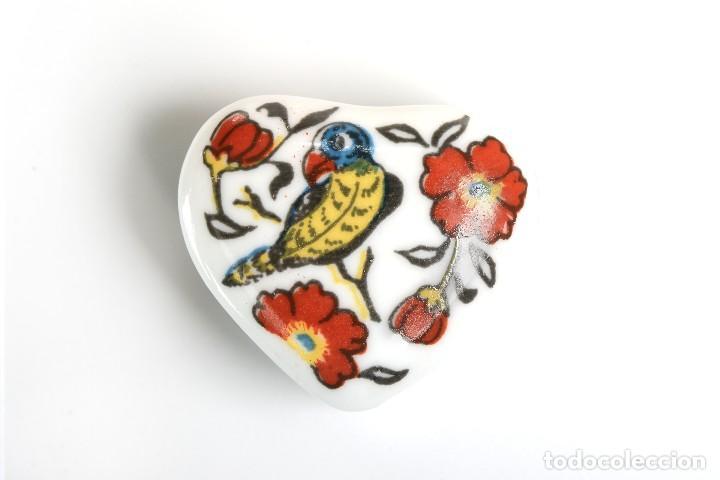 Cajas y cajitas metálicas: Cajita de porcelana en forma de corazón, pastillero, cajita decorativa - Foto 2 - 139861950
