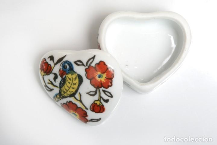 Cajas y cajitas metálicas: Cajita de porcelana en forma de corazón, pastillero, cajita decorativa - Foto 3 - 139861950