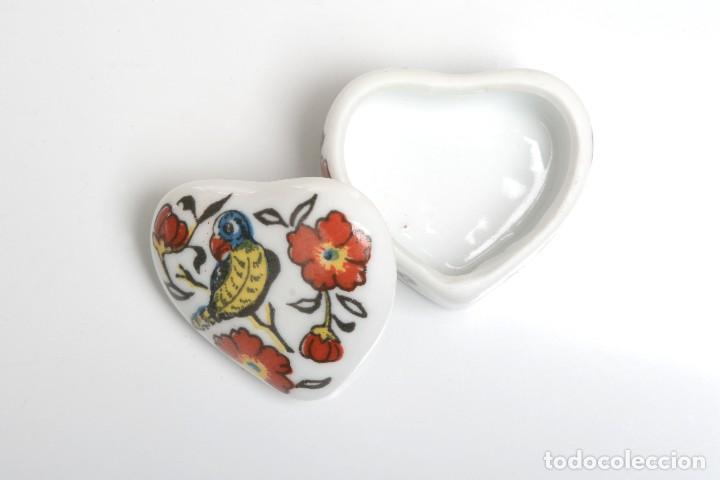 Cajas y cajitas metálicas: Cajita de porcelana en forma de corazón, pastillero, cajita decorativa - Foto 4 - 139861950