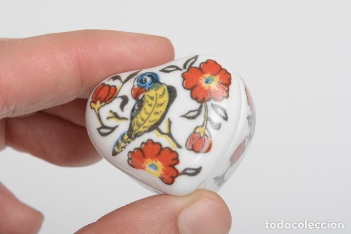 Cajas y cajitas metálicas: Cajita de porcelana en forma de corazón, pastillero, cajita decorativa - Foto 6 - 139861950