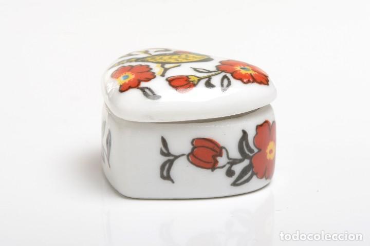 Cajas y cajitas metálicas: Cajita de porcelana en forma de corazón, pastillero, cajita decorativa - Foto 7 - 139861950