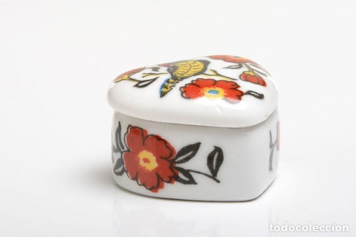 Cajas y cajitas metálicas: Cajita de porcelana en forma de corazón, pastillero, cajita decorativa - Foto 8 - 139861950