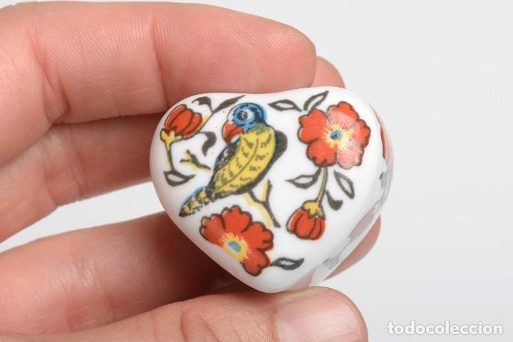 Cajas y cajitas metálicas: Cajita de porcelana en forma de corazón, pastillero, cajita decorativa - Foto 11 - 139861950