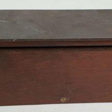 Cajas y cajitas metálicas: CAJA PARA FICHAS DE JUEGO EN MADERA DE NOGAL. SIGLO XX. . Lote 140670850