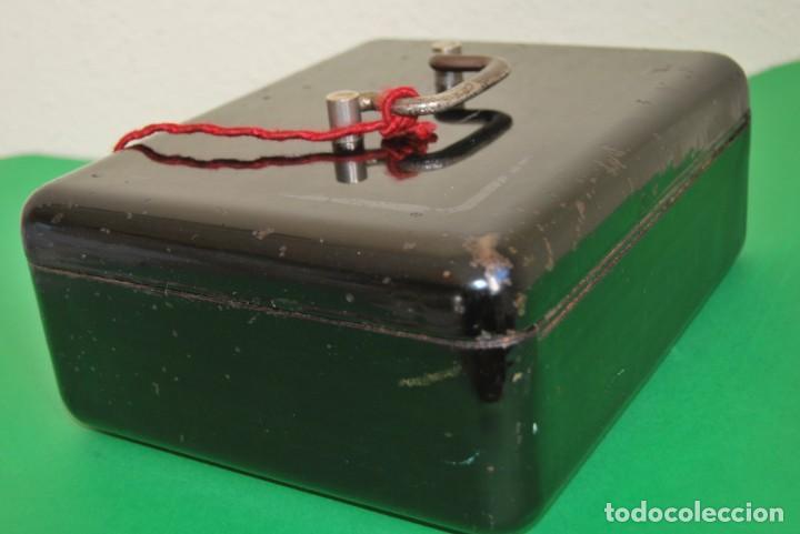Cajas y cajitas metálicas: CAJA DE CAUDALES - CAJA DE SEGURIDAD METÁLICA - BANDEJA INTERIOR - AÑOS 20-30 - Foto 6 - 140984878
