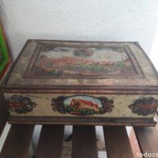 Cajas y cajitas metálicas: ANTIGUA GRAN CAJA METAL BAÚL PAISAJE CIUDAD HERÁLDICA. Lote 143708188