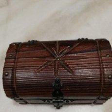 Cajas y cajitas metálicas: CAJA DE MADERA MACIZA TALLADA.. Lote 143848858