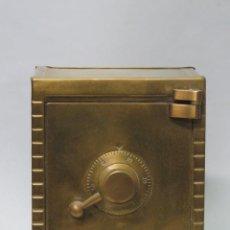 Cajas y cajitas metálicas: HUCHA DE LATON EN FORMA DE CAJA FUERTE. AÑOS 70. Lote 178186698