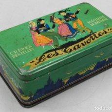 Cajas y cajitas metálicas: CAJA ANTIGUA DE GALLETAS LES GAVOTTES CREPES DENTELLES - LATA DE CHAPA DE COLOR VERDE. Lote 156831393