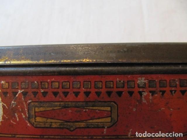 Cajas y cajitas metálicas: MUY ANTIGUA CAJA DE LATA LITOGRAFIADA - INDUSTRIA METALGRAFICA TINTORE OLLER - BARCELONA - Foto 3 - 147159650