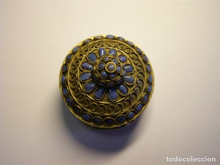 Cajas y cajitas metálicas: Cajita antigua, creo que árabe, con adornos de filigranas y pasta vitrea azul. - Foto 2 - 147763418