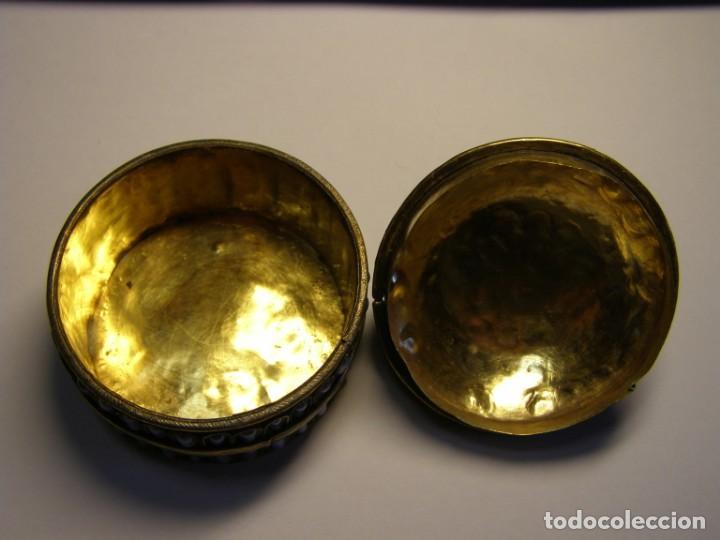 Cajas y cajitas metálicas: Cajita antigua, creo que árabe, con adornos de filigranas y pasta vitrea azul. - Foto 4 - 147763418