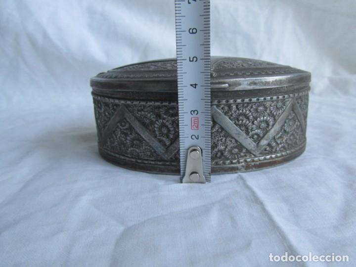 Cajas y cajitas metálicas: Antigua caja o joyero de chapa. Relieves decoración flores - Foto 3 - 148322726