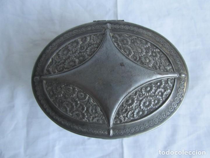 Cajas y cajitas metálicas: Antigua caja o joyero de chapa. Relieves decoración flores - Foto 4 - 148322726
