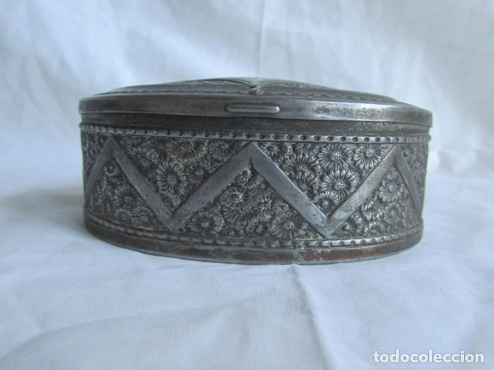 Cajas y cajitas metálicas: Antigua caja o joyero de chapa. Relieves decoración flores - Foto 5 - 148322726