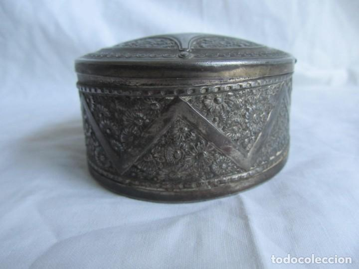 Cajas y cajitas metálicas: Antigua caja o joyero de chapa. Relieves decoración flores - Foto 6 - 148322726