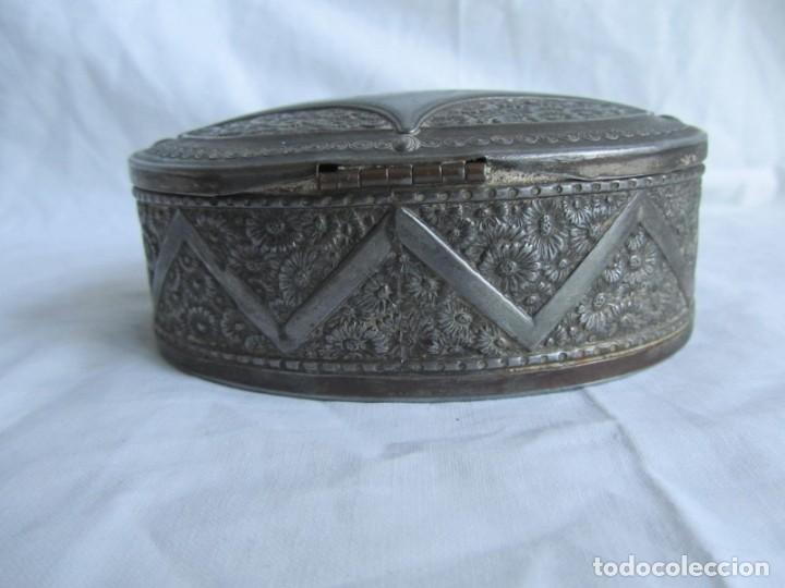 Cajas y cajitas metálicas: Antigua caja o joyero de chapa. Relieves decoración flores - Foto 7 - 148322726