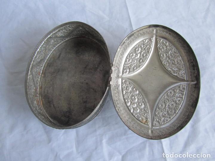 Cajas y cajitas metálicas: Antigua caja o joyero de chapa. Relieves decoración flores - Foto 9 - 148322726