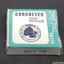 Cajas y cajitas metálicas: ANTIGUA CAJA DE CORCHETES CON MUELLE - CAR01. Lote 150695644
