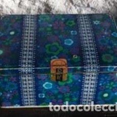 Cajas y cajitas metálicas: CAJA COLA CAO. BAJA. AZUL Y FLORES. 1972. Lote 150713437