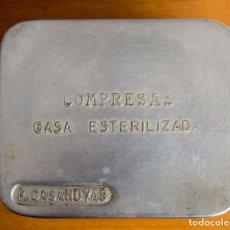Cajas y cajitas metálicas: ANTIGUA CAJA DE GASAS ESTERILIZADAS MARCA P. CASANOVAS. Lote 151292930