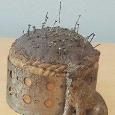 Cajas y cajitas metálicas: ALFILETERO DE TELA Y METAL CON PERRO. Lote 151606316