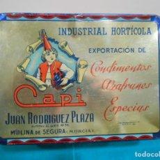 Cajas y cajitas metálicas: ANTIGUA CAJA DE HOJALATA LITOGRAFIADA CON PUBLICIDAD DE INDUSTRIAL HORTICOLA CAPI - MURCIA -. Lote 152806298