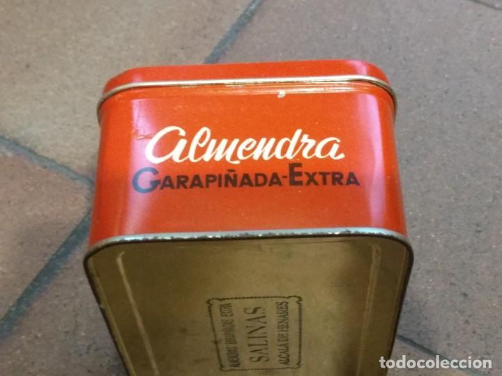 Cajas y cajitas metálicas: ANTIGUA CAJA DE HOJALATA LITOGRAFIADA CON PUBLICIDAD DE ALMENDRAS SALINAS - ALCALA DE HENARES - Foto 2 - 154007130