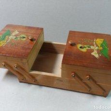 Cajas y cajitas metálicas: COSTURERO EN MADERA. Lote 154311774