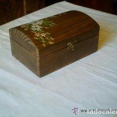Cajas y cajitas metálicas: BAULITO DE MADERA PINTADO A MANO. Lote 155024862