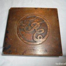 Cajas y cajitas metálicas: ANTIGUA CAJA DE MADERA CON INICIALES TALLADAS PARA GUARDAR SELLOS . Lote 155384350