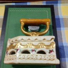 Cajas y cajitas metálicas: CAJA FORMA DE PLANCHA. Lote 155455206