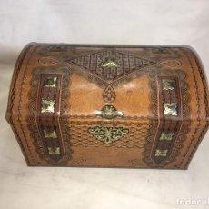 Cajas y cajitas metálicas: ANTIGUA CAJA DE METAL LITOGRAFIADA COFRE. Lote 155855218