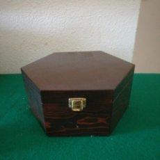Cajas y cajitas metálicas: JOLLERO DE MADERA EXAGONAL. Lote 156810500