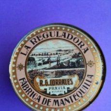Cajas y cajitas metálicas: DIFICIL Y ANTIGUA LATA SERIGRAFIADA DE MANTEQUILLA LA REGULADORA DE PRAVIA. Lote 157033194
