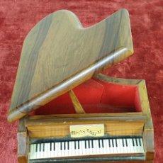 Cajas y cajitas metálicas: JOYERO. CAJA DE MÚSICA. FORMA DE PIANO. MADERA. CIRCA 1950. . Lote 157329526
