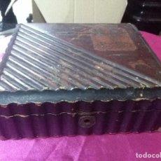 Cajas y cajitas metálicas: ANTIGUA CAJA MADERA BARNIZADA CON TAPA ABATIBLE 20X18X6 CM.. Lote 158383862