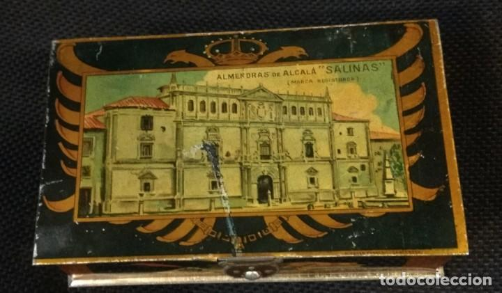 CAJA DE HOJALATA LITOGRAFIADA CON PUBLICIDAD DE ALMENDRAS DE ALCALA DE HENARES, SALINAS UNIVERSIDAD (Coleccionismo - Cajas y Cajitas Metálicas)