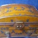 Cajas y cajitas metálicas: CAJA JOYERO DE MADERA ADORNADA CON LATÓN. Lote 159865397