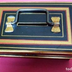 Cajas y cajitas metálicas: CAJA HUCHA DE HOJALATA. HECHA EN INGLATERRA.. Lote 160277170