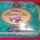 Cajas y cajitas metálicas: CAJA METÁLICA DE BOMBONES CADBURYS ALMOND NUTS. Lote 160981653